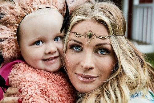 Carolina med yngsta dottern Adele.