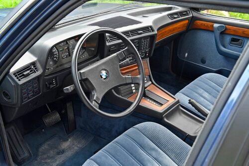Knappraden har den typiska BMW-stramheten. Notera kassettbandsfacken under askfatet. Instrumentpanelen känns väldigt hög då man sitter lågt i kupén.