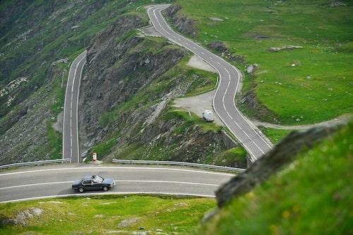 En klassisk 7-serie i en lika klassisk vägmiljö, på väg upp över ett bergspass. Chassit är relativt mjukt och kränger gärna om kurvan är snäv och farten för hög.
