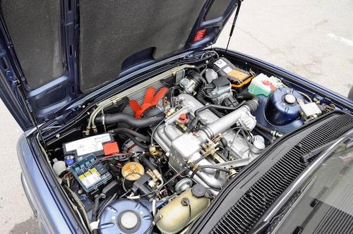 Modellbeteckningen vilseleder dig. I 745i huserar en rak sexa på 3,2 liter. Men turboladdning gör den stark som en 4,5 liters-motor menade BMW.