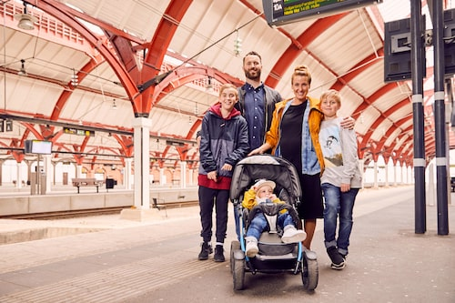 Följ med på familjen Axén-Smide-Kopps resa till Skåne och se hur de får allas intressen att mötas.