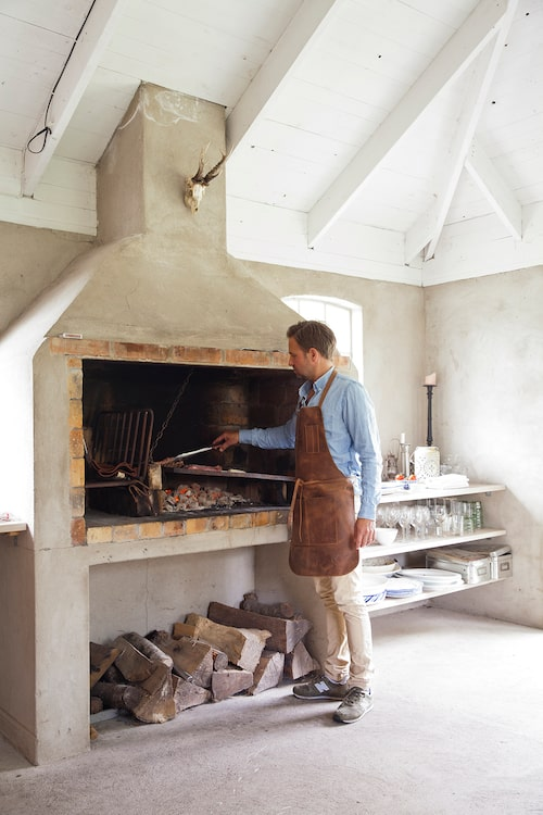 Familjens mästergrillare är Johan. Med van hand lagar han allt från kött, fisk till grönsaker över perfekt glöd i den uppmurade spisen.