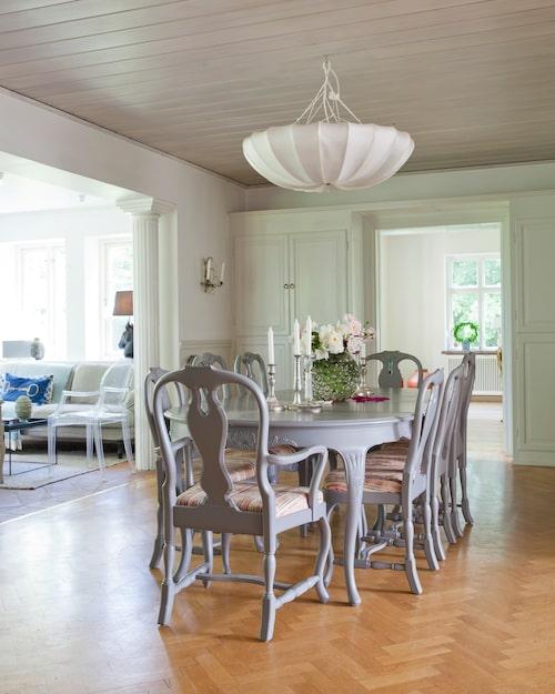 Matsalsmöblerna är från 1940-talet, tillverkade i NK:snickeri. Anna målade möblemanget grått och klädde stolsitsarna i ett tyg från Paul Smith. Taklampa från Archi by Gong.