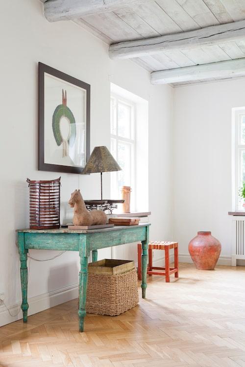 I salen finns en brasiliansk del med ett grönt, patinerat träbord, en röd pall, keramikurna samt brasiliansk konst på väggen. Lampan på bordet är köpt på ett kooperativ i São Paulo. Tavlan är en inramad indiansk fjäderbonad.