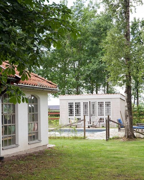 Familjen tillbringar mycket tid i poolområdet varma dagar. Här finns också grillhuset (närmast) som används för stora familjemiddagar.