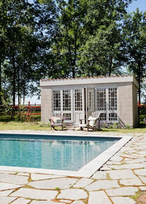 Poolhusets vackra fönster hittade Johan på Blocket flera år innan familjen flyttade in på Axberga. När huset vid poolen byggdes kom fönstren till användning.