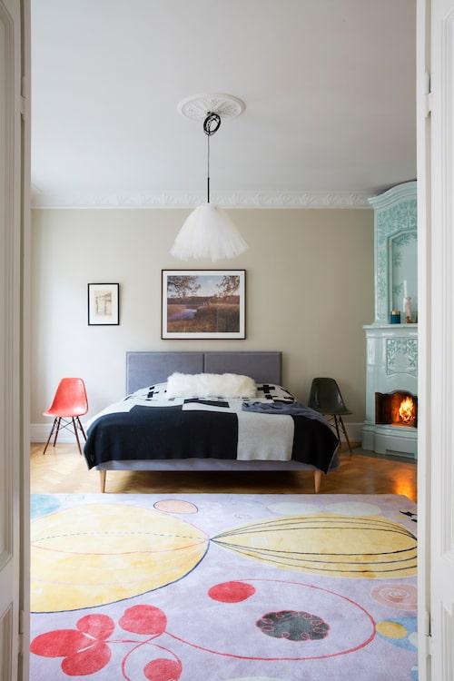 I Marias sovrum spelar mattan huvudrollen, med motiv av Hilma af Klint, från ett samarbete mellan Asplund, stiftelsen Hilma af Klints verk och galleriet Cfhill. Konst ovanför sängen flankerad av Eamesstolar, en liten Zornlitografi och ett fotografi taget av Jimmy Backius, med styling av Maria.