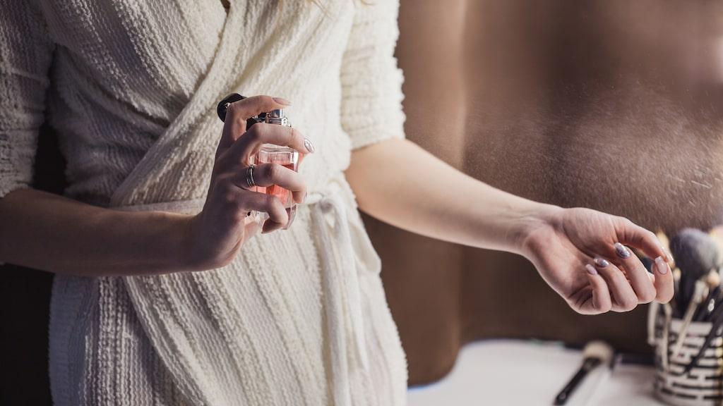 Bli fräsch på en sekund med hjälp av en parfym som luktar nyduschad – och torrschampo för håret. Life hack.