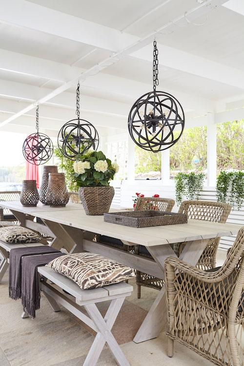 """Den vackra uteplatsen med pergola har ett helautomatiserat tak från Nova Markis. Här tillbringar makarna många kvällar. Inredning från Artwood. Flera av växterna kommer från Artflowers. """"Jag är urdålig på att sköta om växter och har varken tiden eller intresset. Jag älskar konstväxter och gillar att blanda upp konstväxter med äkta växter"""", säger Johanna."""