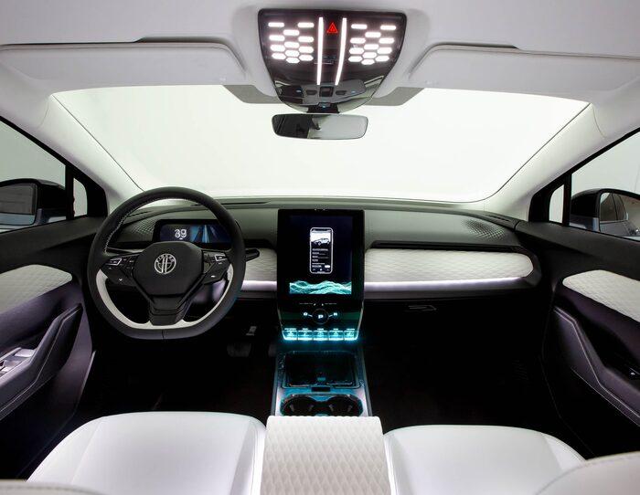 Stor stående pekskärm är i dag närmast standard i en ny bil.