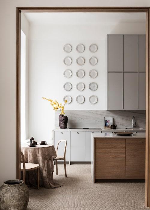 Välj ditt luckuttryck med hjälp av A S Helsingö, som tillverkar fronter på beställning som passar Ikeas stommar. Till höger ses tre luckor som prov på de olika modellerna. Välj gärna en variant på överskåp och en annan på underskåpen! En varierad kombination gör uttrycket levande och personligt. Beställ en låda med de 16 färgproverna för att kunna se dem på plats hemma.
