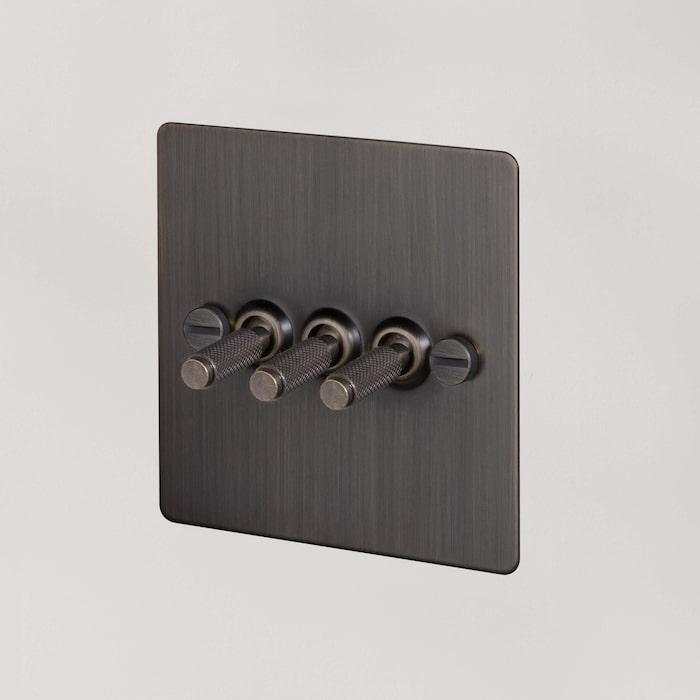 Snygga vägguttag och strömbrytare blir som rummets accessoarer. Strömbrytare i rökt brons från Buster + Punch.