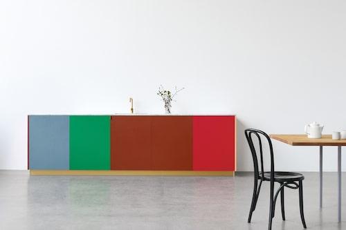 Att välja kulör är svårt ... Kanske bäst att mixa flera? Mässing och marmor till de starka färgerna gör att alla associationer till barnrum försvinner. Lucka Match av Muller Van Severen passar till bland annat Ikeas stommar, Reform Cph.