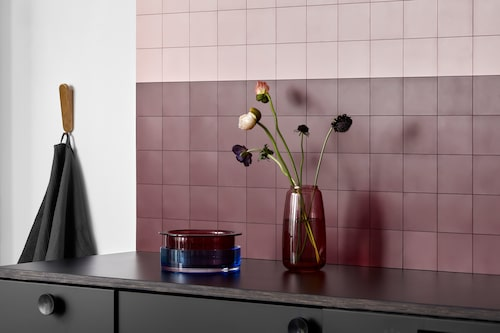 """För den ombytlige! Danska Click'n Tile gör väggplattor som kan köras i diskmaskinen. En tunn skiva med """"pluppar"""" limmas på väggen och plattorna klickas dit. Med en sugkopp kan du ta bort, flytta och ändra dig hur många gånger som helst."""