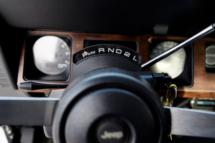 Rattautomat med tre växlar. Med sexcylindriga motorn sitter automatspaken på golvet.