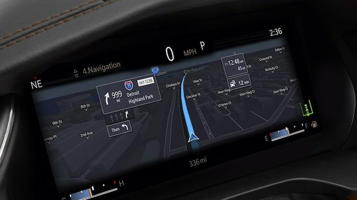 Instrumenteringen framför ratten kan visa kartbilden i storformat. Head up-display finns som tillval.