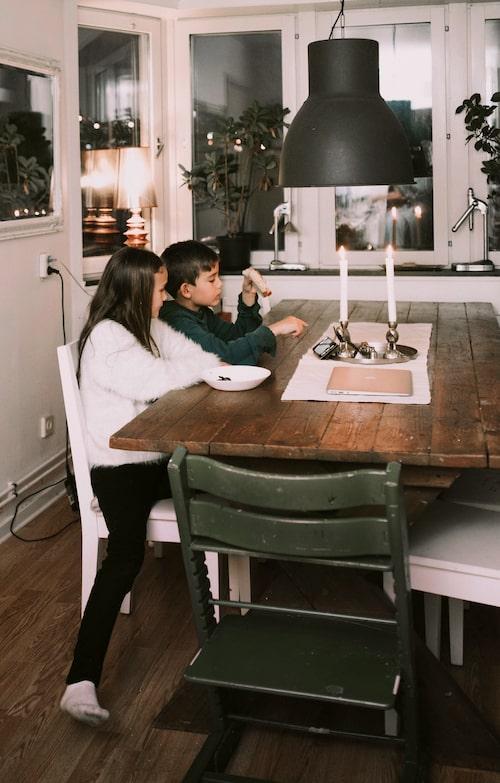Familjen kunde inte hitta ett passande matbord, så Taleb byggde ett där hela familjen får plats.