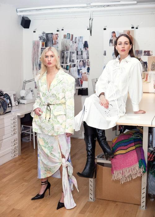 Josephine Bergquist och Livia Schück från Rave Review i egen design.