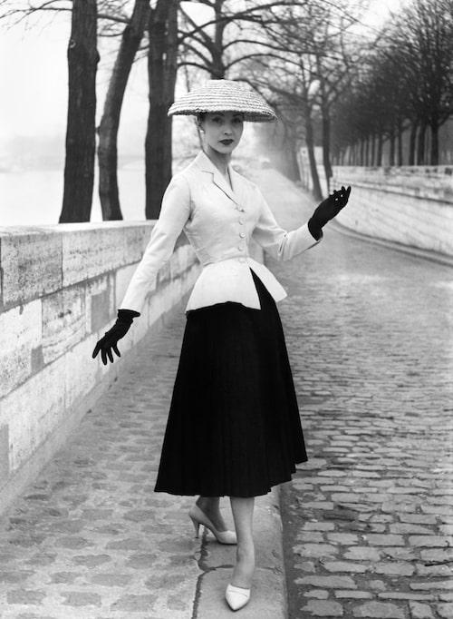Diors ikoniska New Look markerade midjan och gav höfterna vidd. Kvinnan är fotograferad 1947.