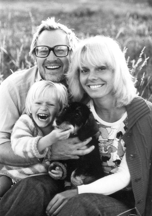 Jan Malmsjö och Marie Göranzon med sonen Jonas, i dag är även han skådespelare, 1974.