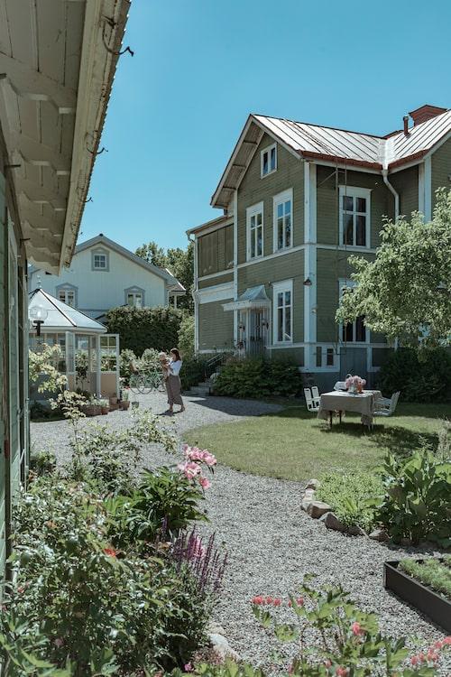 Det gröna huset ligger i ett lummigt villakvarter i Gävle.