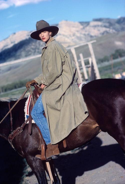 Tatiana Patitz elegant klädd i jeans fotograferad av Arthur Elgot.
