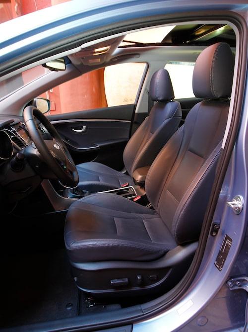 Bekväma stolar. Läderklädsel 10000 kr. Backkamera och navigation kan fås som tillval för 14000 kronor till Businessutförandet.