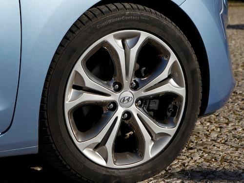 De största 17-tumsfälgarna är standard på 1,6 CRDi Sport, 128 hk. Metalliclack kostar 4900 kr. Panoramatak och xenonstrålkastare: 10000 kr/st.