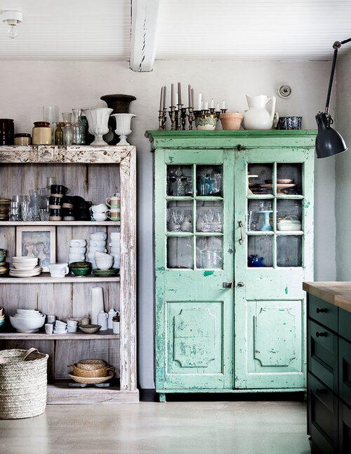 I köket står indiska vintageskåp från Alma & Artur fyllda med marockanskt porslin och auktions- och loppisfynd.