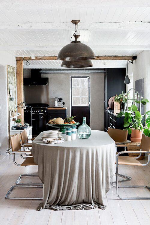 De skinnklädda stålrörsstolarna runt matbordet är vintage, lamporna är indiska från Alma & Artur och porslinet marockanskt, från Nomadic essentials.