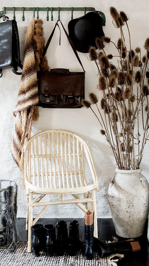 Hemmet innehåller många saker, men känns harmoniskt tack vare en lugn och naturnära färgskala. Marockansk stol, Nomadic essentials, hängare Nordahl.