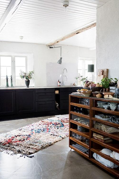 Köket är Ikeas Laxarby. Boucherouite-mattan, en marockansk trasmatta av återanvända textilier, är från Nomadic essentials. Skåpet till höger stod en gång i en handskaffär.