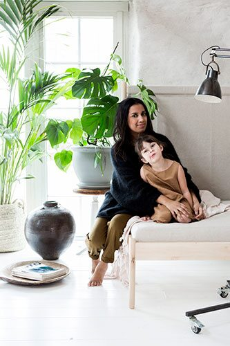 Lina Roos med dottern Julie i Ikeas PS hörnfåtölj designad av Ebba Strandmark.