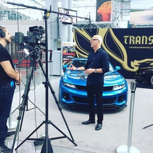 Bo Zolland berättar framför kamera på årets New York-salong om bilen.