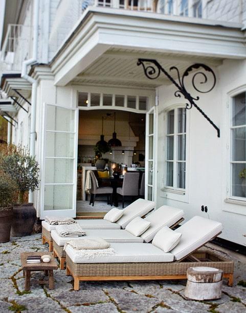 Verandan utanför köket andas medelhav och amerikansk östkust på samma gång. En plats som används året om. Solstolar från Slettvoll.