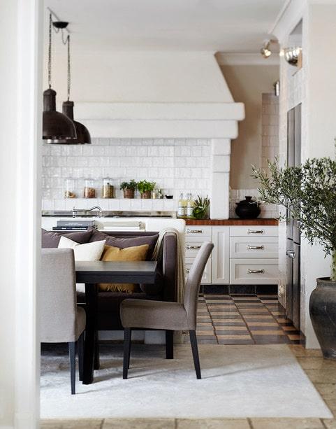 Det stora lantköket skulle platsa lika bra i ett provensalskt hem. Rustikt men ändå ombonat med gediget stengolv och mjuka, stoppade möbler från Slettvoll med plats för många.