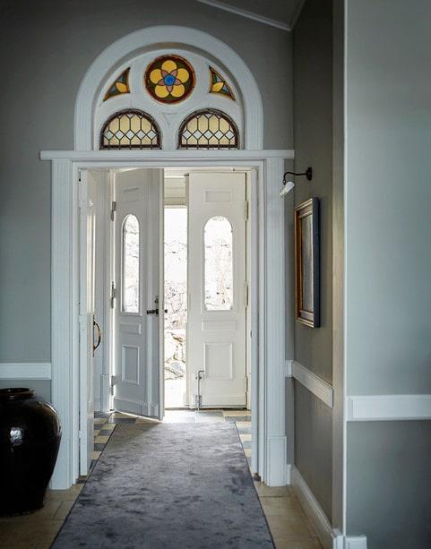 Överfönstren i den stora ingången har klätts med blyinfattningar, det ger mer ljus i huset men är också som smycken i sig.
