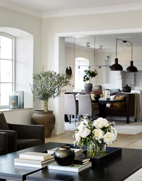 Öppen planlösning. Från vardagsrummet har du full access in till köket. Här pågår ofta middagar och livliga samtal. Citronträd, olivträd och färska buketter är viktiga inslag för att skapa en inredning som andas natur.