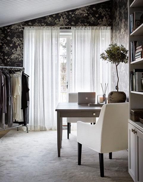 Fruns kontor är det enda rum som har gardiner, tunna sådana för att sila solljuset. Ljusgrå heltäckningsmatta ger ett mjukt intryck. Skrivbordsstol från Slettvoll.
