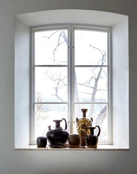 Sakral känsla. Den djupa fönsternischen är den perfekta platsen för en samling älskade vaser och urnor inköpta på resor runt världen.