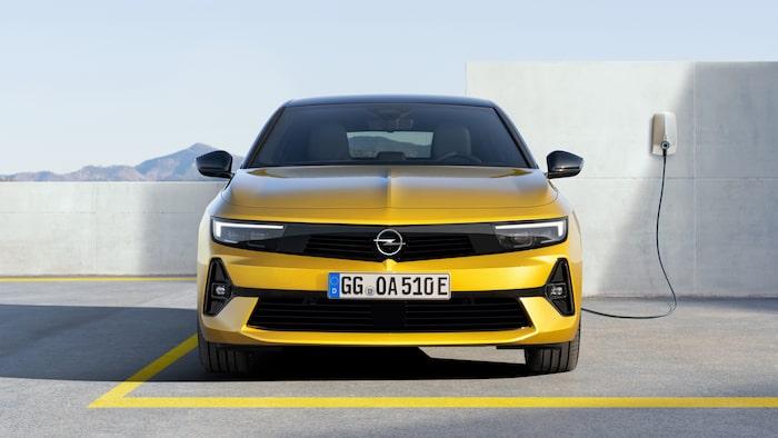 En Opel Astra med en laddkabel, det är en stor nyhet.