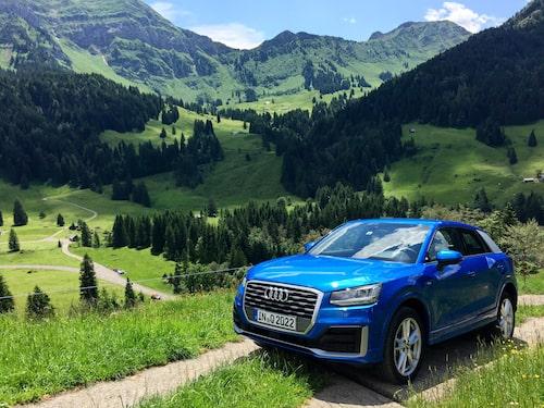 Audis minsta Q-modell hittills tar sig upp för en av Schweiz alla branta alpvägar.