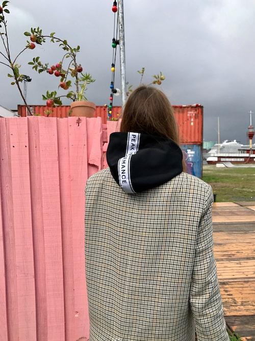 """""""Stephanie Gundelach i jacka från H&M och hoodie från Peak Performance."""""""