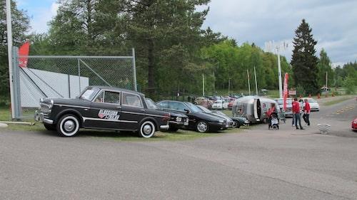 Teknikens Världs Fiat 1100 med tillhörande SMV-husvagn i bakgrunden. Däremellan två Lancia och en Lotus. Bilar som ägs av redaktionsmedlemmar.