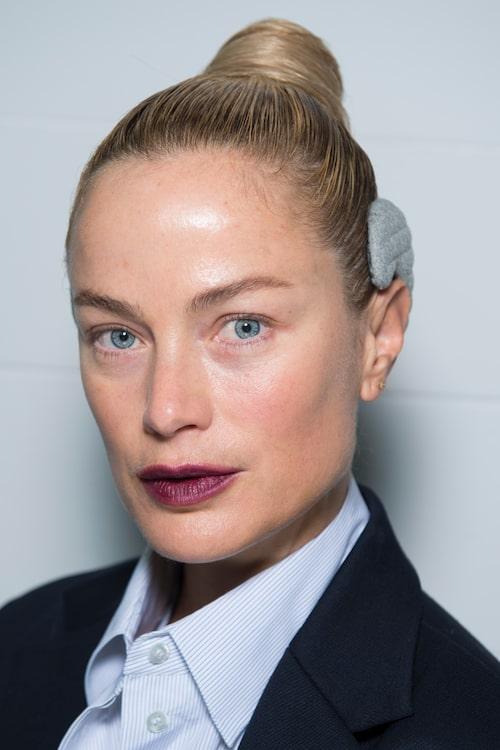 Modellen Carolin Murphy backstagr på Bottega Veneta i snyggt vinrött läppstift.