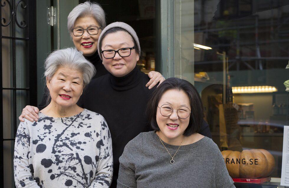 En mamma, två systrar och en moster – det är Arirangs hjärta. Från vänster: Boo Mee Ja Im är mamma och storasyster i första generationen på restaurangen. Intill står Kee-Sun Im, moster i första generationen. Idag ansvarar lillasyster Byung-Soon Lim von Bergen tillsammans med storasyster Byung-Hi Lim för driften av restaurangen.
