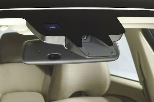 Kamera bakom innerbackspegeln som bland annat hjälper systemet Driver Alert Control.