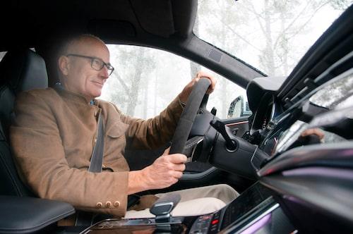 Det känns som om en osynlig magnet håller tag i bilen, den sugs in i kurvan och kastas ut lika lättvindigt.