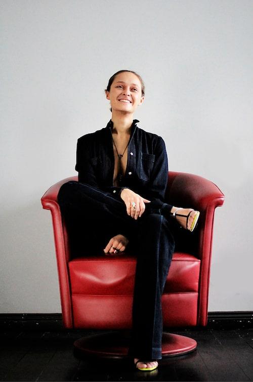 """""""Byxdress från Stella McCartney, skor från Dior och halsband från Mawi."""""""