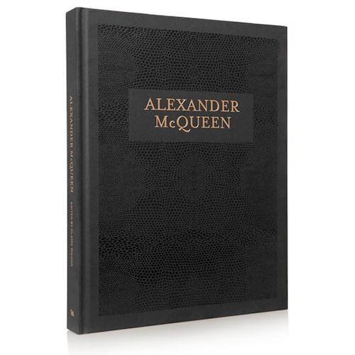 Modebok om Alexander McQueen.